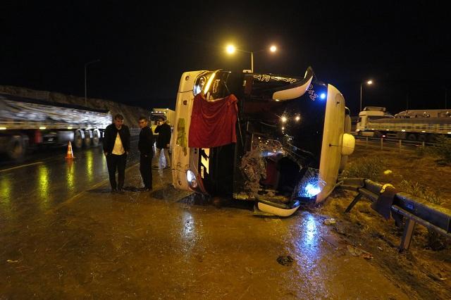 Otobüs Devrildi 14 Kişi Yaralandı